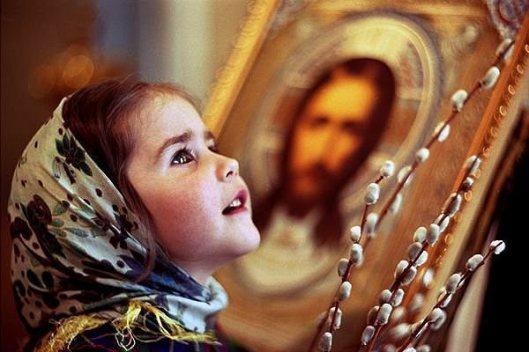 Devojcica pred ikonom
