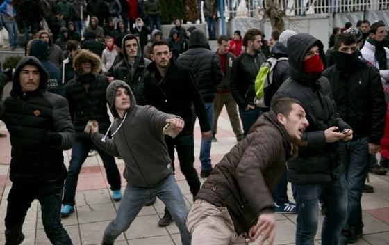 Albanci-Pristina-kamenovanje