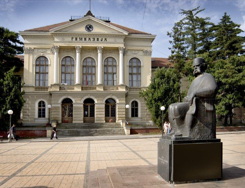 Kragujevačka_gimnazija_i_spomenik_Vuku_Karadžiću