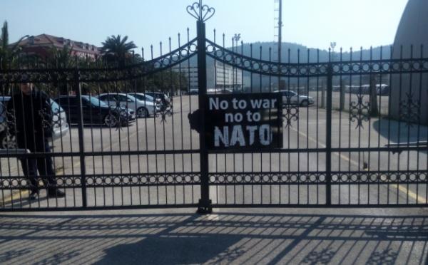 Bar-NATO brod-protest