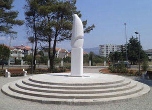 """Bombardovanje Podgorice 1944. spomenik agresoru Дан кад су """"савезнички"""" авиони сравнили Подгорицу са земљом"""