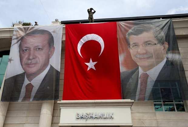 erdogan-i-davutoglu-na-zastavama-foto-reuters-1462473551-899919