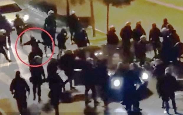 Бацање шок-бомбе на аутомобил Мартиновића