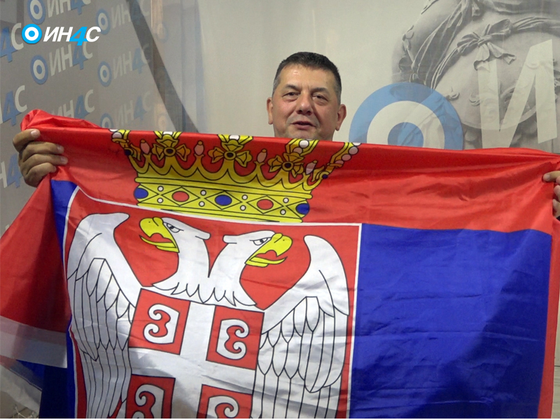 gojko zastava Срби, истакните српски барјак без страха од криминалаца на власти (ВИДЕО)