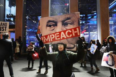 ротест испред седишта медијске куће Фокс њуз са захтевом да Трамп буде подвргнут процедури импичмента, Њујорк, 14. децембар 2017,