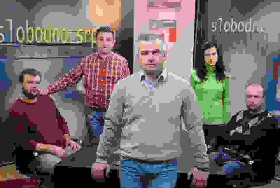 budimir nicic u sredini, sa ekipom koja realizuje emisiju slobodno srpski