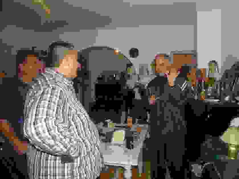 jovan pokazuje eksponate novinarima